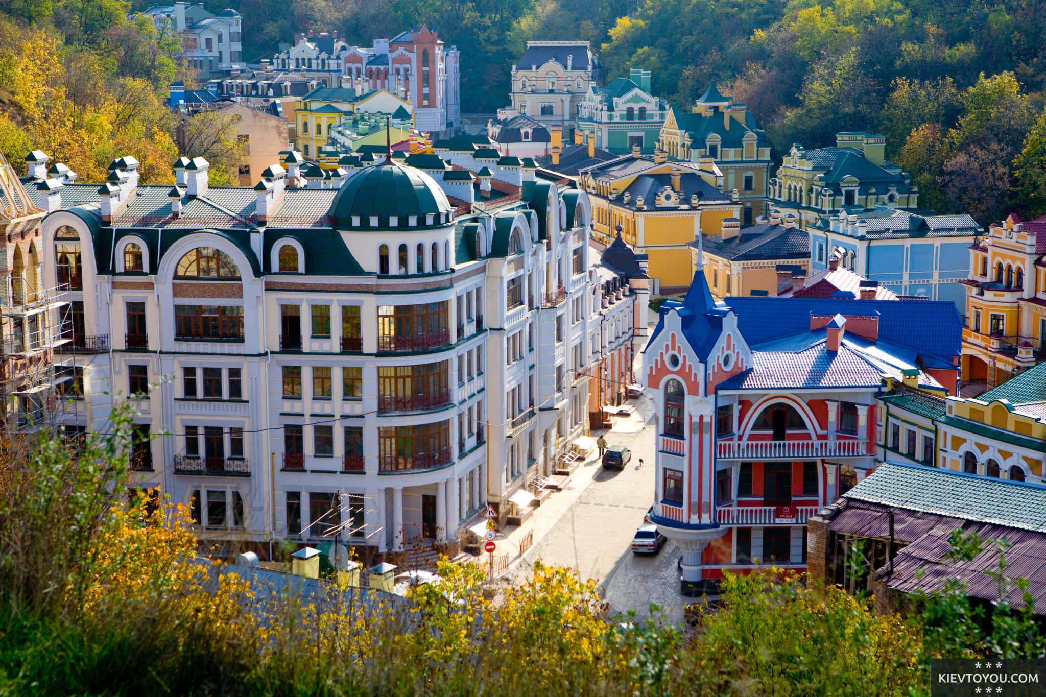 Одна из самых ярких улиц города - Воздвиженка в Киеве