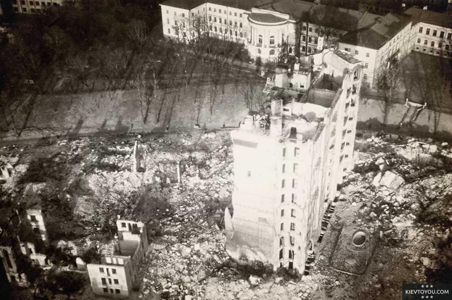 Взорванные здания на Крещатике во время фашистской оккупации Киева