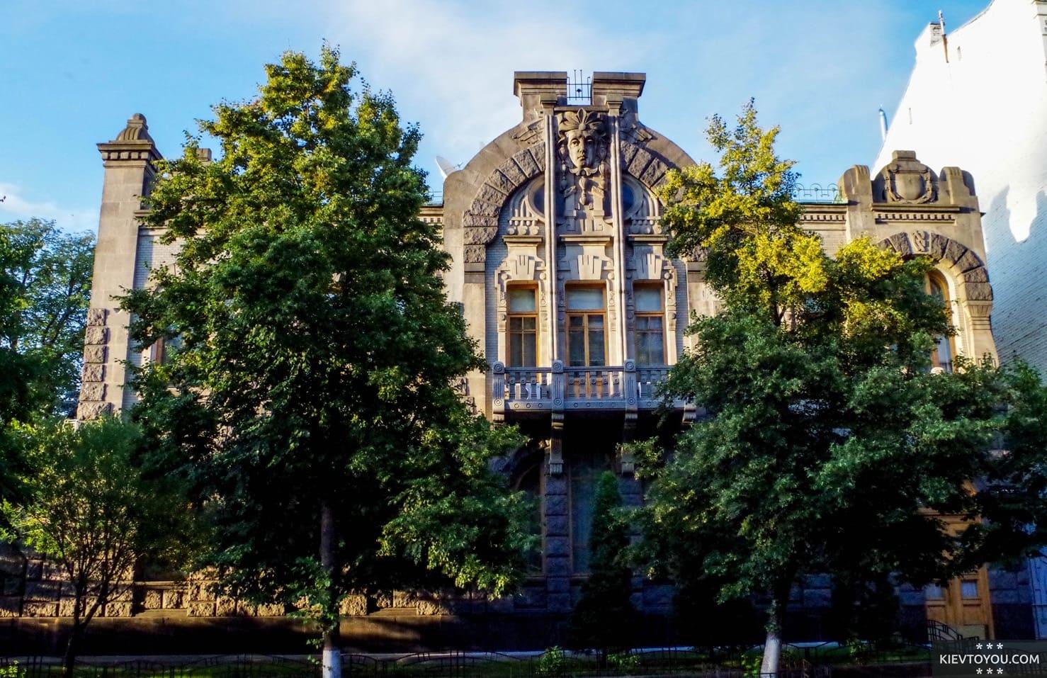 Двухэтажный Дом плачущей вдовы в центре Киева
