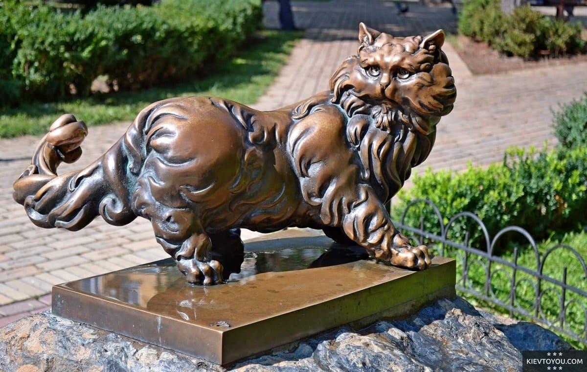 Памятник коту Пантелеймону в Киеве около Золотых Ворот