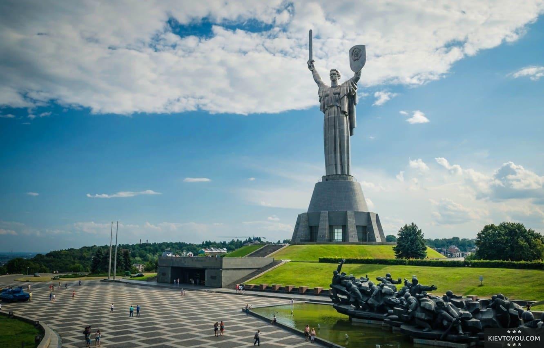 Монумент Родина мать в Киеве вид летом