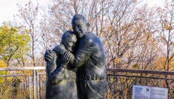 Памятник история любви в Киеве посвящен Луиджи и Мокрине