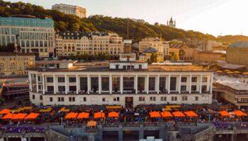 Вид на здание Речного вокзала в Киеве летом