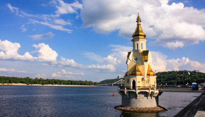Вид с берега на Церковь на воде в Киеве